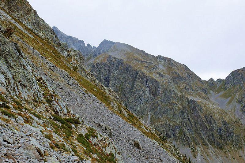 Becco Alto di Rostagno e omonimo passo (destra)