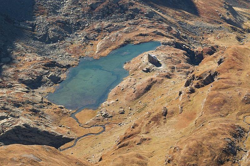 Dal monte Losetta zoom sul lago e rifugio Vallanta