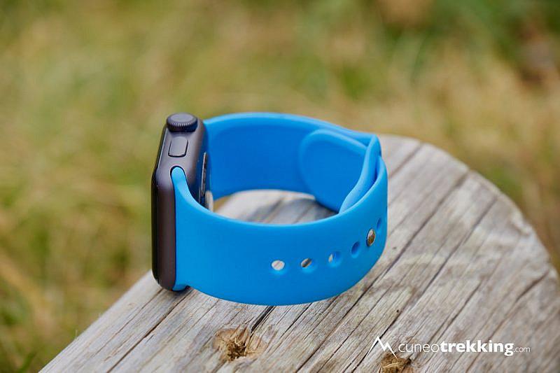 L'Apple Watch Series 2 con il cinturino compatibile e chiusura pin-and-tuck