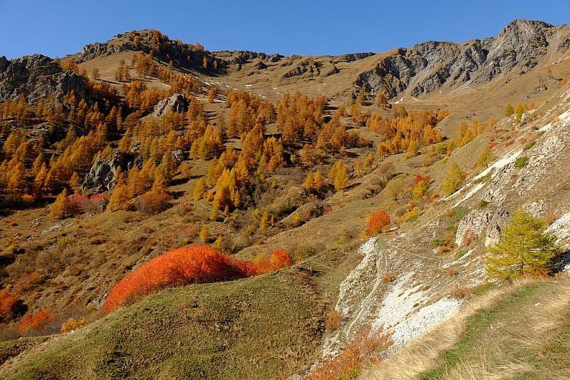 In alto a sinistra la rocca di Ciarm (2237 m)