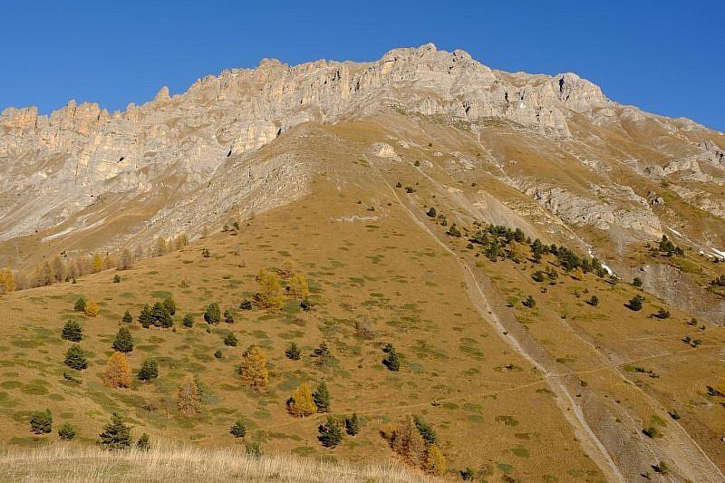 La Cordiera del monte Nebiùs. In basso il sentiero che prosegue al colle di Neraissa