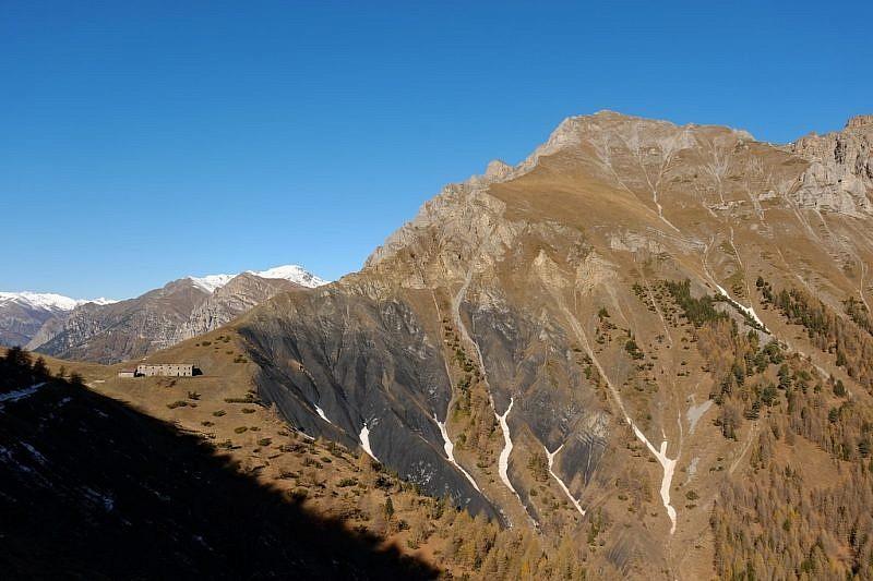 Calanchi di roccia nera al colle di Neraissa