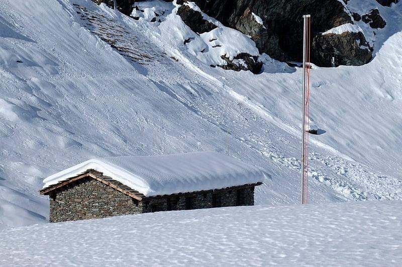 Il nuovo rifugio Alpetto dal dosso che lo fronteggia