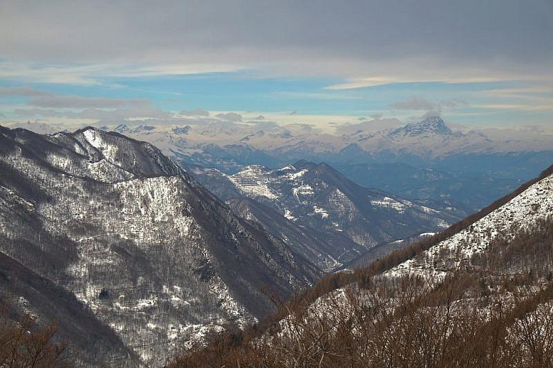 Il Monviso appare al fondo della valle Vermenagna