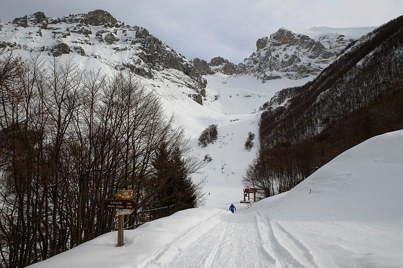 Il vallone del Cros tra le cime Bec Rosso a sinistra e Fascia