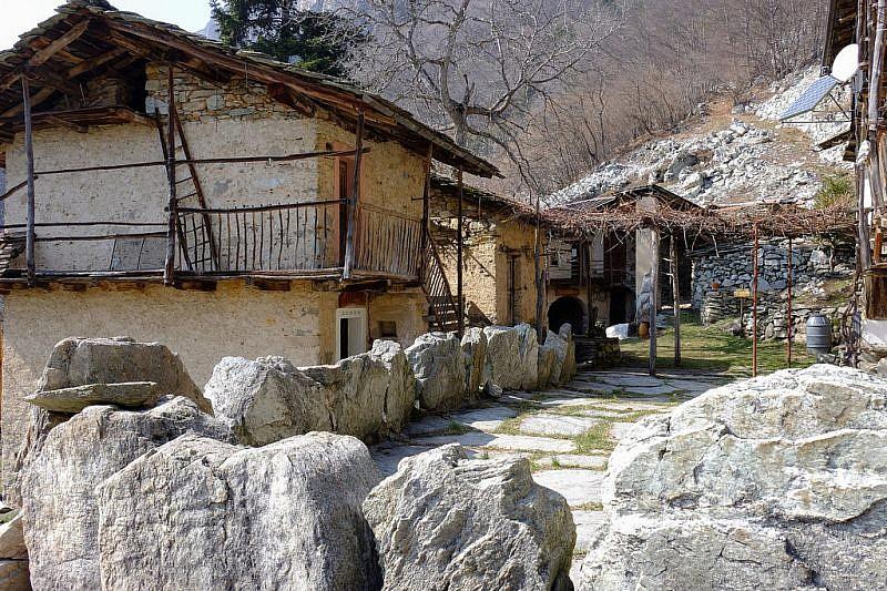 …delimitate da muri di pietra