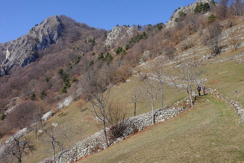 Dalla radura procediamo in salita verso il monte Rubbio (in fondo a sinistra)