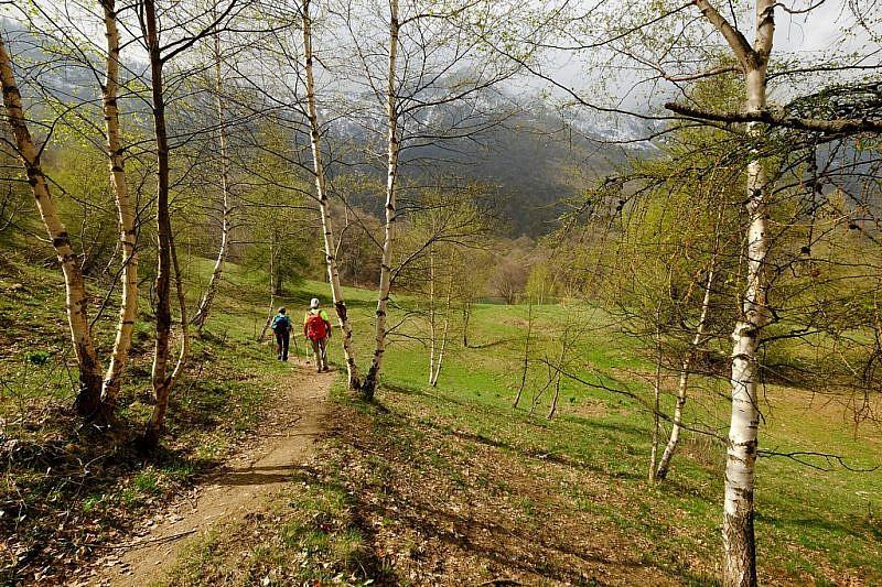 In discesa verso il lago di Gourc (già visibile al centro della foto)
