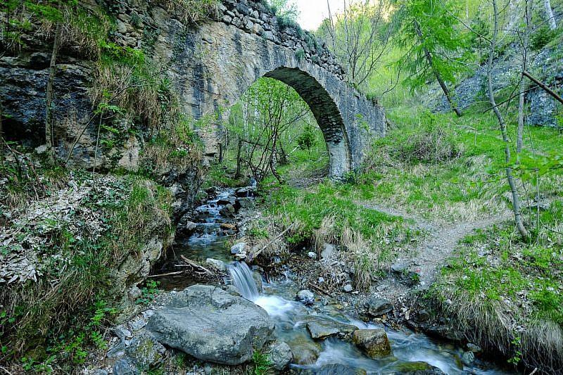 L'antico ponte in pietra sul rio Borbone