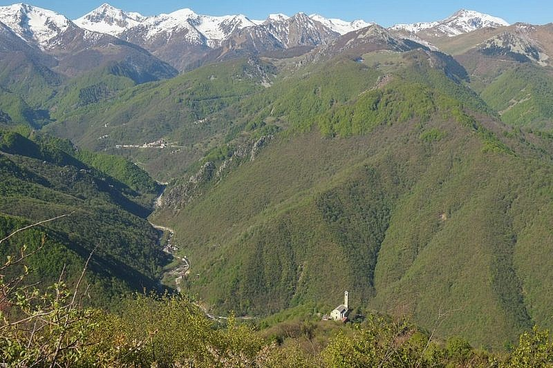 La chiesa di Pra e un tratto della val Corsaglia viste dal tratto roccioso
