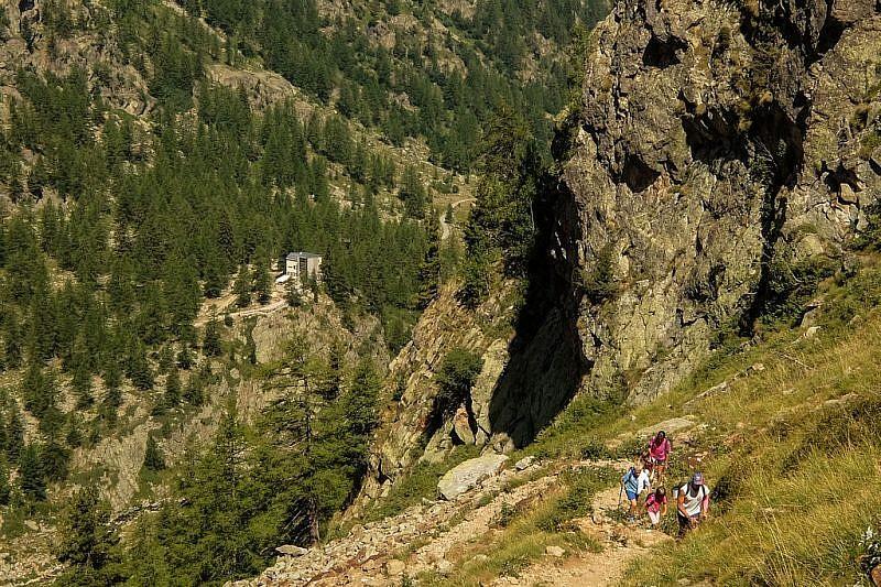 Escursionisti in salita ai laghi