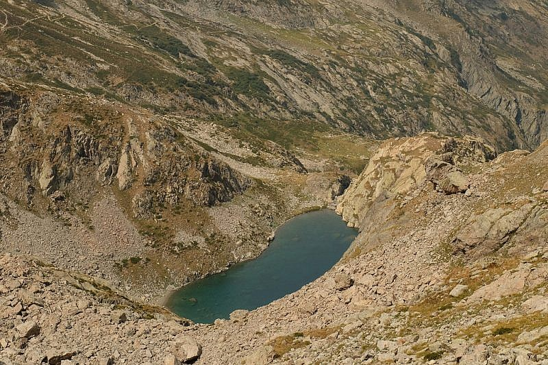 Dal passo, veduta del lago Bianco dell'Agnello