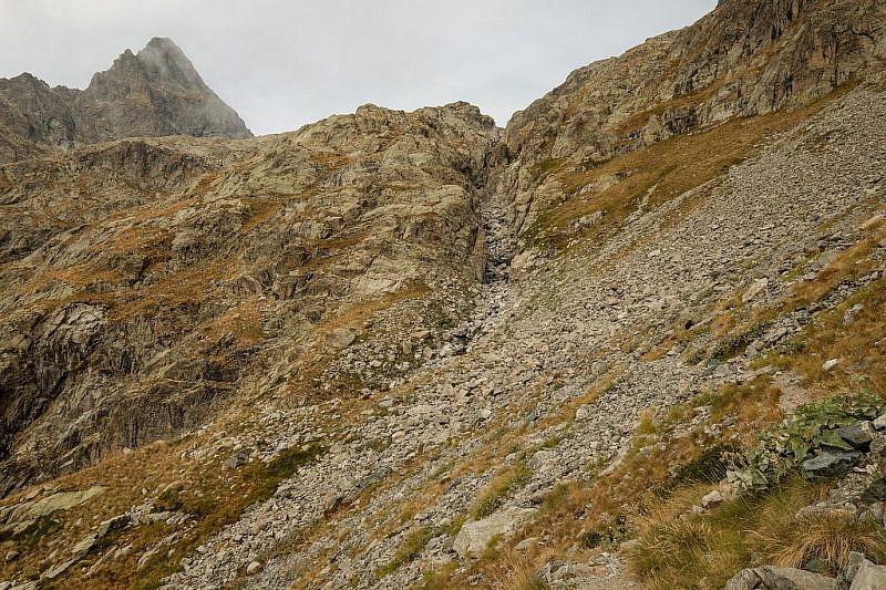 Il percorso passa sulle rocce alla sinistra del canalino