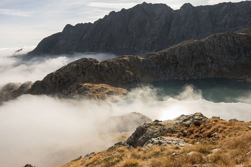 Il lago emerge dalla nebbia