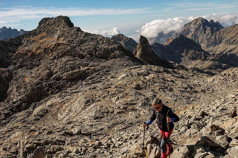 Salendo verso il monte Viglino. Si vede l'aguzzo dente della cime de la Fous
