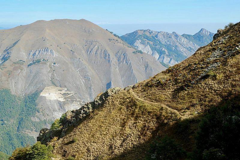 A sinistra, veduta sulla spoglia costa dell'Arp