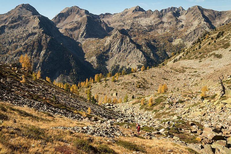 Immagini durante la discesa a valle con il magnifico spettacolo di monti ad ovest
