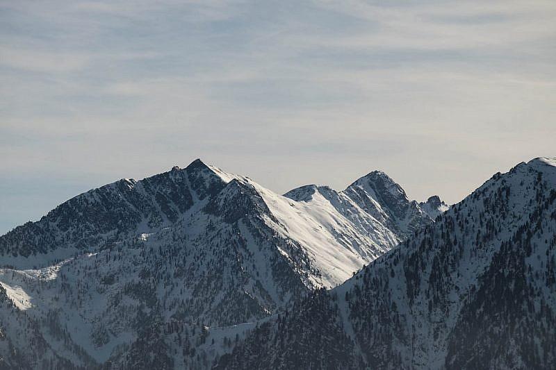 Veduta su Punta Ciarnier (sinistra), cima Resdour, e Testa Cairiliera (2638 m)