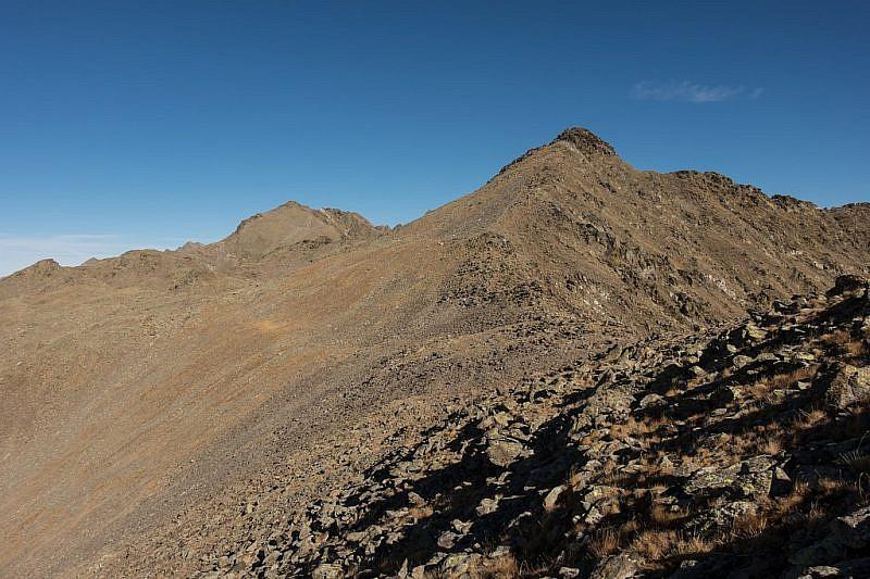 Dalla cima intermedia, la Rocca Negra a destra