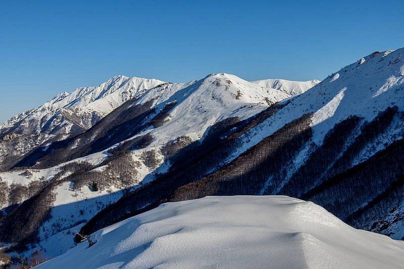 Sul lato opposto si può scorgere il vicino monte Vecchio e la Bisalta al fondo (sinistra)