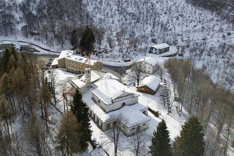 Alcune immagini col drone del santuario di Valmala