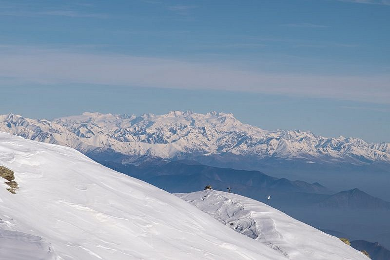 La croce su punta Ostanetta con lo sfondo del monte Rosa