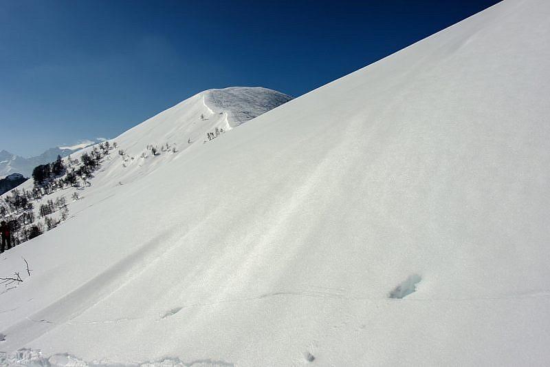 Passando accanto a giganteschi pendii nevosi
