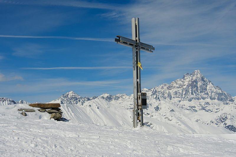 Prima si raggiunge la croce di vetta…