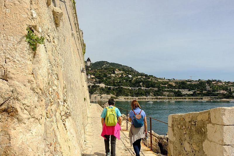 Fiancheggiando il muro della Citadelle Saint Elme
