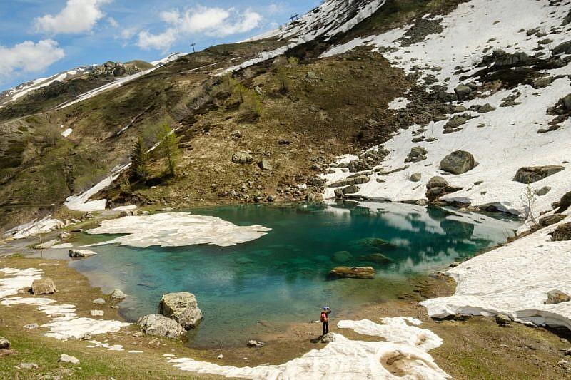 Il lago Terrasole parzialmente innevato