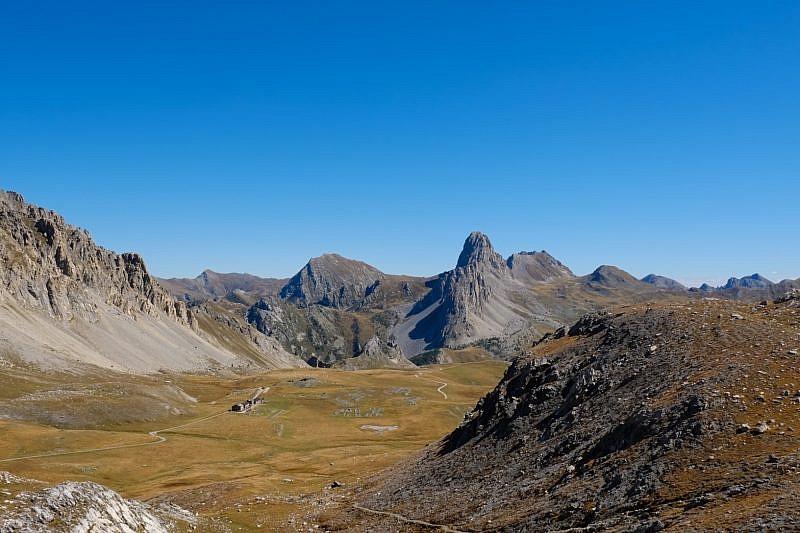 L'altopiano della Gardetta con il rifugio (a sinistra) e Rocca la Meja