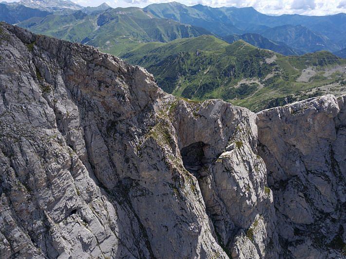 Cavità carsiche nella parete ovest (drone)