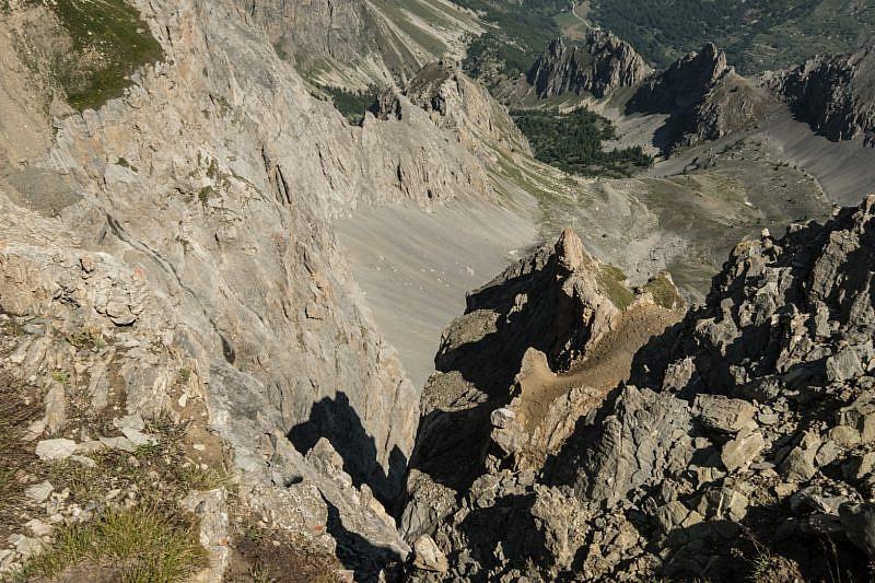 Visuale sul fronte dirupato al di là della cresta