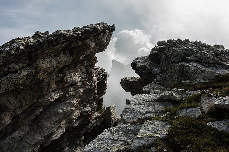 Tra le rocce spunta il Bric Camosciera