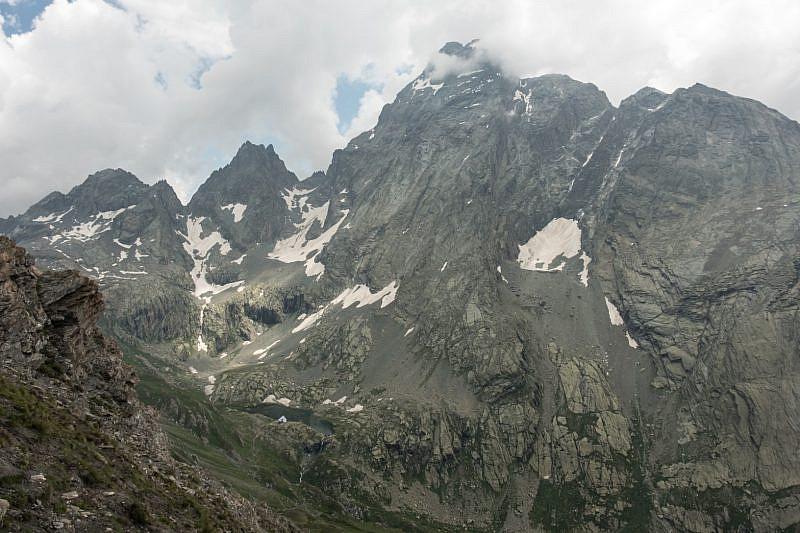 Vallone di Vallanta, con l'omonimo rifugio davanti al Monviso