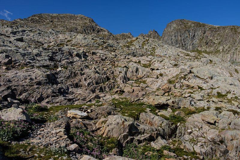 Il sentiero passa tra le rocce…