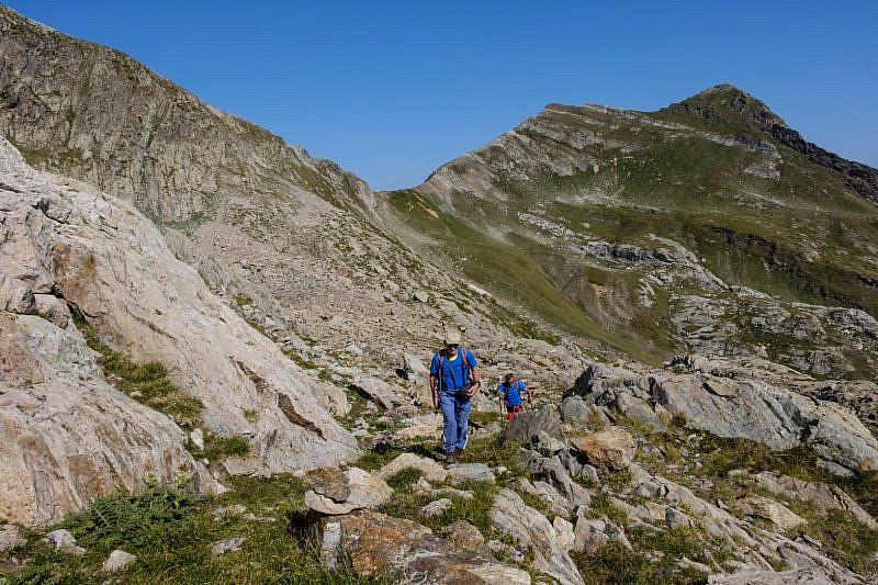 Salita ad istinto verso il lago di Vernasca. Alle nostre spalle si vede il colle del Vej del Bouc