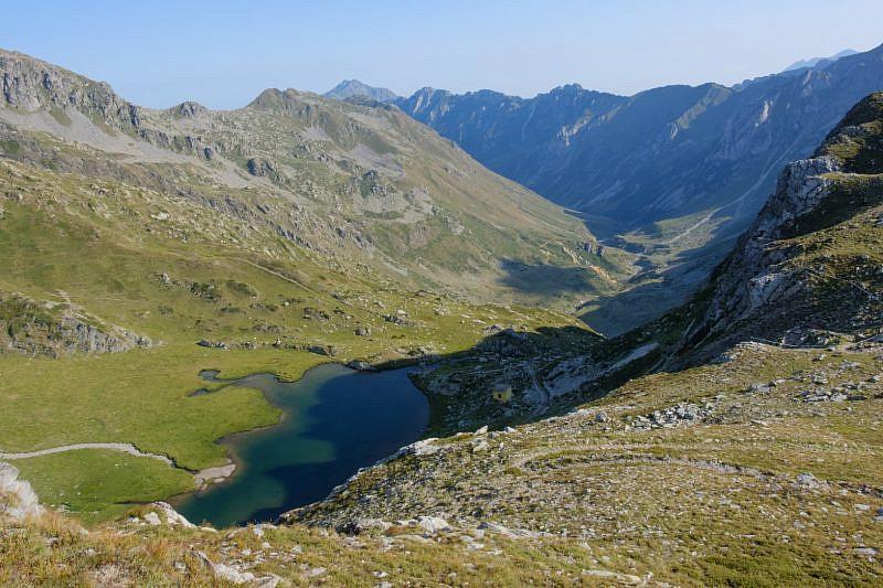 Salendo al ricovero Vernasca, scorcio del lago della Vacca e del bivacco Speranza