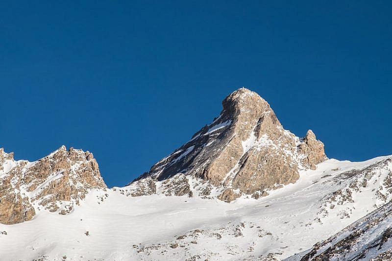 A destra del Pic d'Asti è evidente la sella d'Asti. Tra i due l'aguzzo Torrione Gina (foto di gennaio 2018).