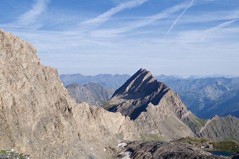 Dalla sella d'Asti verso la Crête de la Taillante (3197 m). In basso a destra si intravede il lac d'Asti.