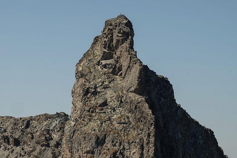L'ardita Roc della Niera vista dalla parte opposta, cioè dal sentiero che dal colle Biancetta sale verso la Rocca Bianca