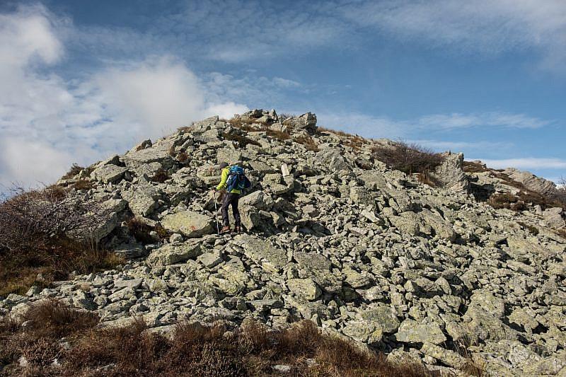 Nella pietraia che precede la vetta del monte Castello