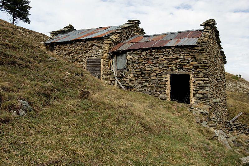 Case dal tetto racchiuso presso le stalle Colletto