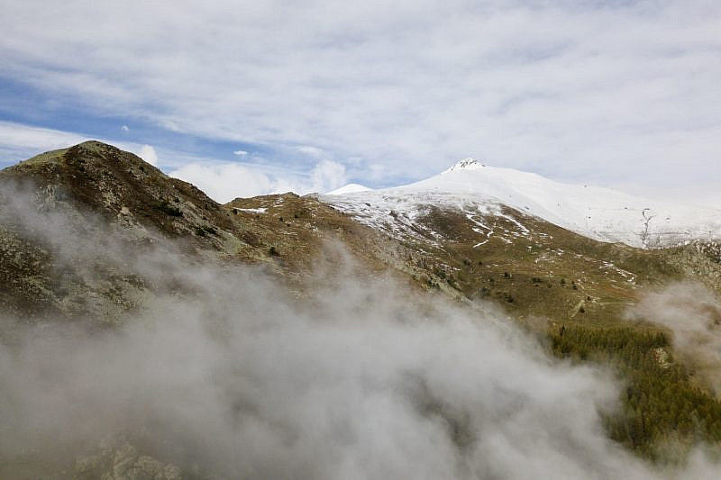 La nebbia si dirada lasciando la visuale sul Pizzo d'Ormea. All'estrema sinistra il monte Castello.