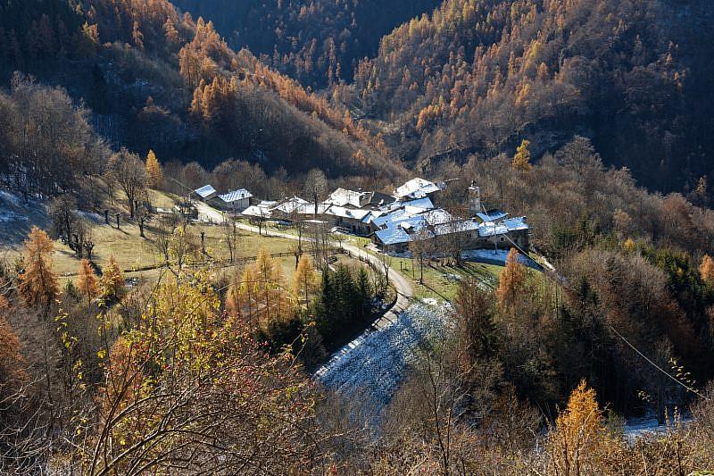 Borgata Chiotto vista durante la discesa da Castellaro