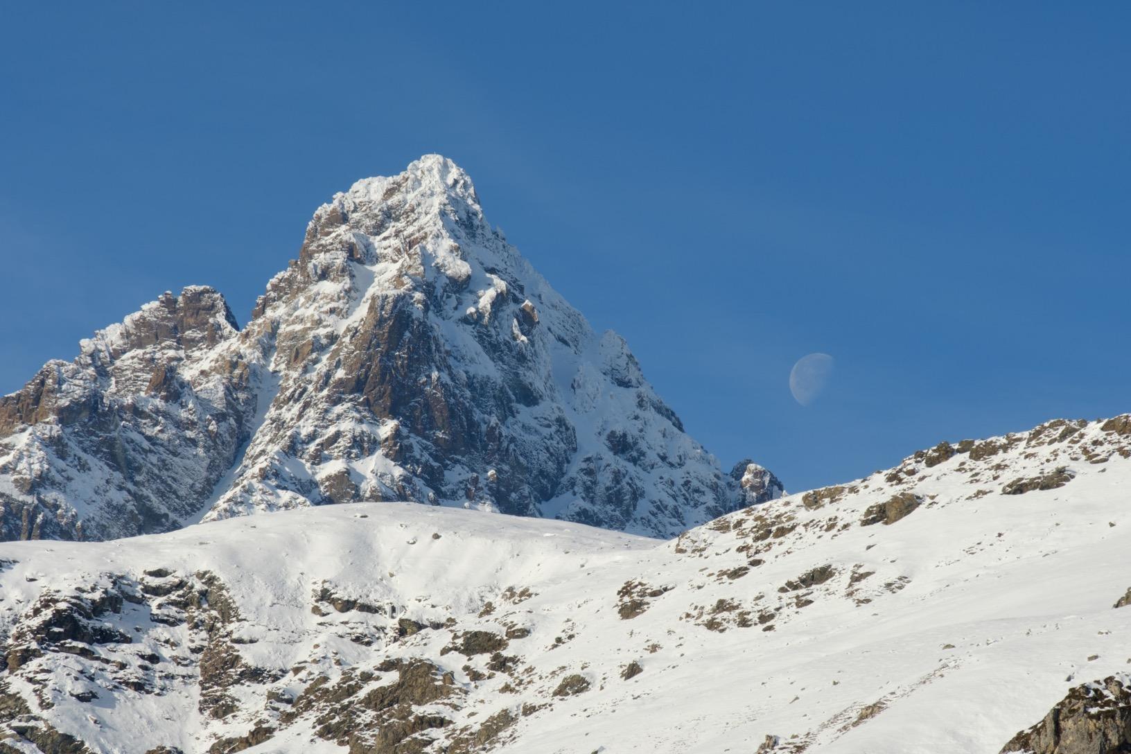 La luna appare a destra dell'imponente Monviso