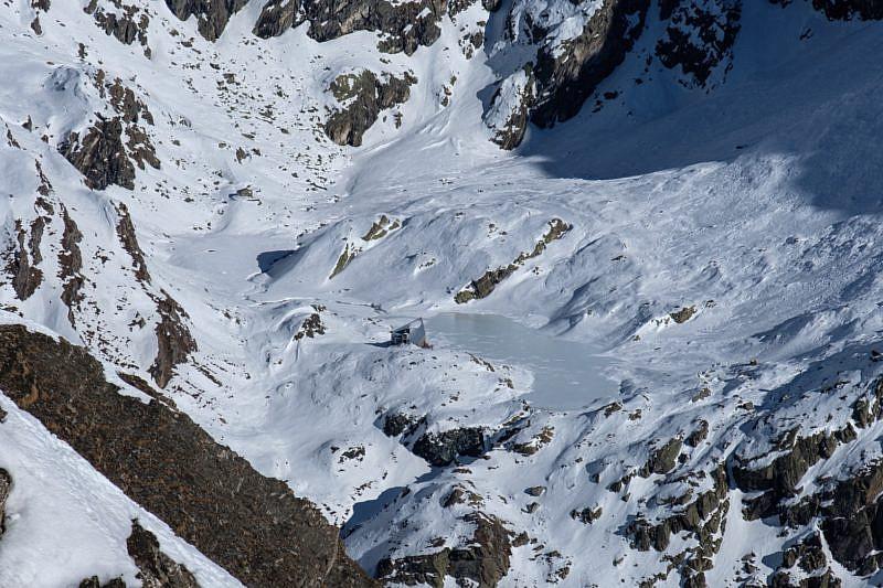 Il rifugio Vallanta domina l'ormai ghiacciato laghetto della Bealera Founsa