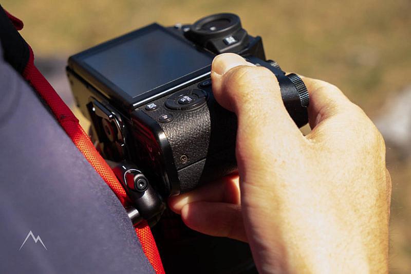 Lo sgancio della fotocamera (nella foto non si vede, ma prima abbiamo dovuto premere il pulsante di estrazione)