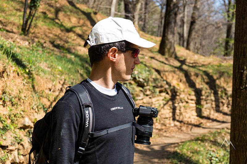 La fotocamera appesa allo zaino con il Peak Design Capture v3