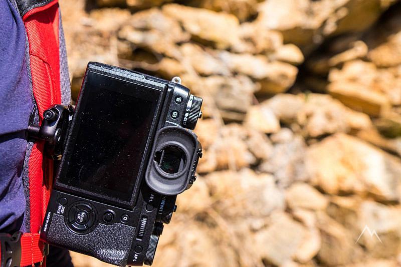 La fotocamera infilata con l'obiettivo verso l'esterno e non verso il basso